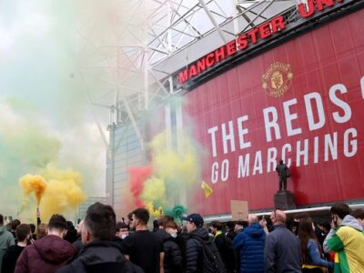 Angry Man Utd Fans Break Into Old Trafford & Storm Onto Pitch
